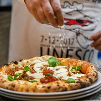 Pizza la Smorfia con cornicione ripieno di ricotta agerolese, pomodorini del  piennolo rossi del Vesuvio , pomodoro san marzano salsiccia dolce e mozzarella di bufala 😉