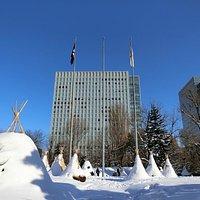 現・北海道庁から見る開拓使札幌本庁舎跡~背景は日生ビル