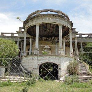 Hermosa arquitectura, se accedía por la doble escalinata del frente, y las terrazas que se aprecian, en su momento eran accesibles.