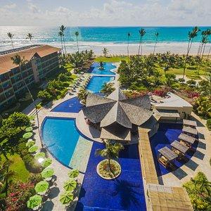 Vista aérea das piscinas externas e restaurante da piscina