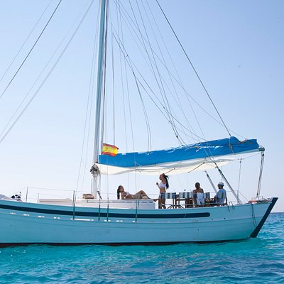 Enjoy with family and friends in our beautiful classic sailing boat.