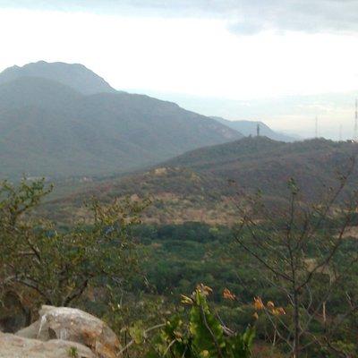 Allá al fondo esta el Santo Patrono del Valle del Cacique Upar y el Cerro de los Besotes, Region de Murillo. Vista desde el Cerro de Cicolac. HAKU.