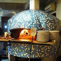 ナポリから取り寄せたピザ窯。