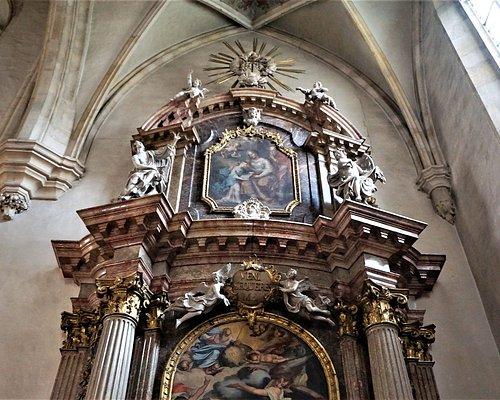 Строгая внешняя готика с роскошным интерьером в стиле барокко – 53