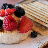 Baked brie with fruit & crackers
