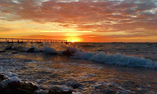 Naturskøn og fredfyldt strand, men god mulighed få god lang gåture, rig på fugle liv og kliter. Og at få der en kold dag, hvor vinden pisker ind i ansigt på een og man oplever solnedgangen, er en skøn oplevelse. En skøn perle der skal opleves.
