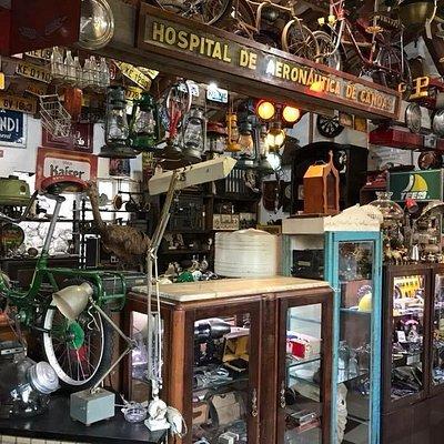 Visão do antiquário Casa do Cacaredo, muitas novidades velhas.
