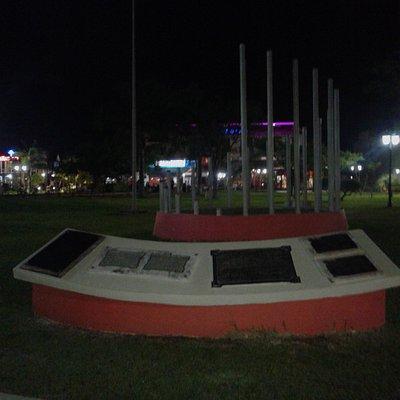 Plaza de Los Constituyentes: Placas y Bandera- Federaciòn, Entre Rìos 2019.