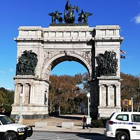 The Triumphal Arch with constant traffic