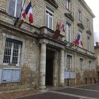 La porte principale de l'hôtel de ville