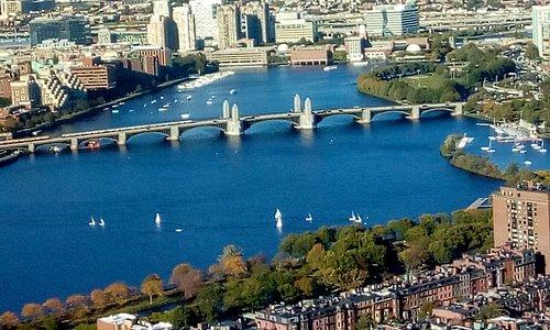 A ponte sobre o rio Charles que liga Boston a Cambridge