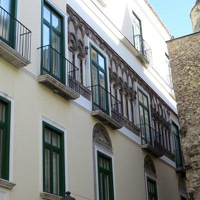 Le polifere su vicolo Adelberga (a dx si intravede il campanile di S.Pietro a Corte)