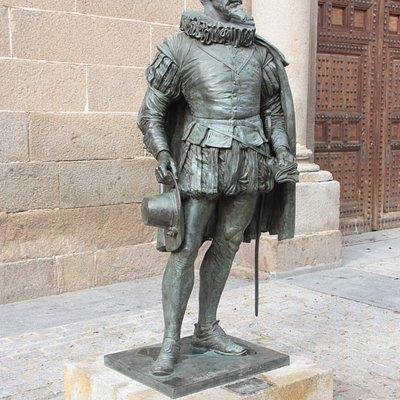 Estatua de Francisco de Toledo. Quien ordenó la construcción de la misma.