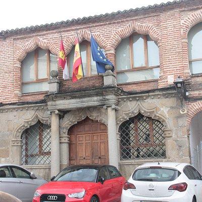 Fachada principal del antiguo ayuntamiento de Oropesa