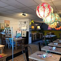 Lovely place on the canal and nice service. The food is delicious, the decoration an adorable mix and match of vintage furniture and modern pieces. And the menu, oh... so many savoury and sweet goodies for breakfast, brunch and lunch !