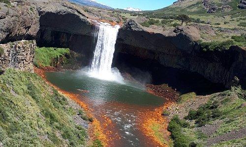 Salto del Agrio, río ácido que nace en el volcán Copahue y recorre 400 kilómetros, formando el lago Caviahue en su trayecto
