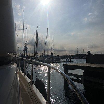 Laboe Yachtcharter ist der perfekte Partner für alle Seemänner und Fördenixen. Die Charterflotte bietet viele verschiedene Motorboote von dem sportlichen Schlauchboot, über das große Angelboot bis hin zur luxuriösen Yacht. Zum Zusatzangebot gehören Wasserski, Eakeboard, Sofa oder auch Stand Up Paddling Boards (SUP). In Kooperation mit Jetski Laboe ist auch der absolute Adrenalin-Spaß auf der Ostsee garantiert.  Wichtig! Ein Sportbootführerschein See ist Pflicht!
