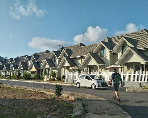 Небольшой коттеджный поселок,где живут городские жители острова Маэ.На улицах чистота и порядок,есть 2 школы,детсады,магазин, фастфуд,пляж.