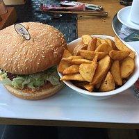 Ein Verlängerter und einen leckeren Chicken Burger 🍔