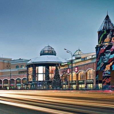 Торгово-развлекательный Комплекс АТРИУМ расположен в самом центре Москвы – прямо на Садовом кольце. Работает ежедневно, без перерыва на обед.  Большинство магазинов открыты с 10.00 до 23.00