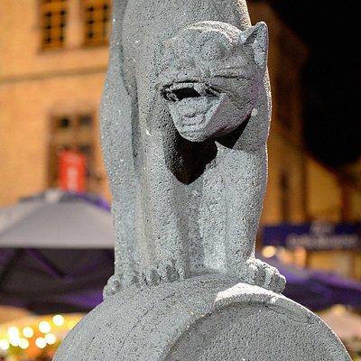 """Der """"Zeller Schwarze Katz""""-Brunnen auf dem Marktplatz vor dem Rathaus."""