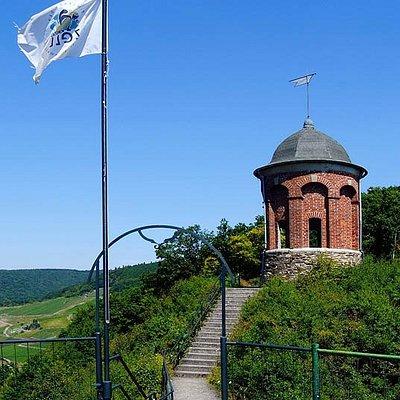 Der Collis Turm hoch über Zell mit einer atemberaubenden Aussciht über das Moseltal.