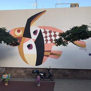 Tässä lanzarotelaisen taiteilijanero Cesar Manriquen ehkä nimekkäin muraali nimeltään Pez Volador   Teneriffalla Santa Cruzissa, osoite San Sebastian 114.