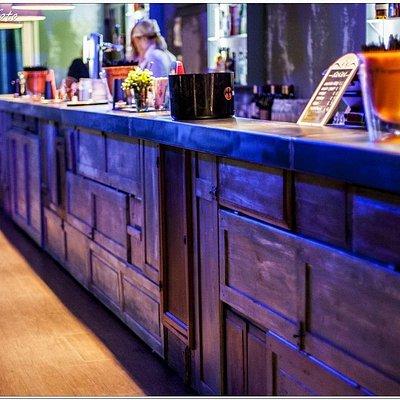 Il lungo bancone bar