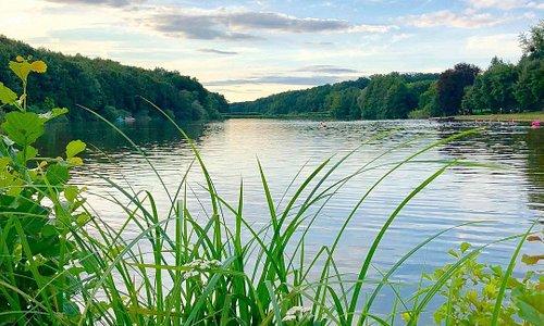 A kempingünk tóparton fekszik, fürdési lehetőség a szomszédos strand területén engedélyezett. Gyalogosan egy kellemes séta keretében fél óra alatt a tó körbesétálható, részben erdei ösvényeken, részben kiépített gyalogutakon.