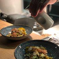 raviole de boudin noir, langoustines et consommé