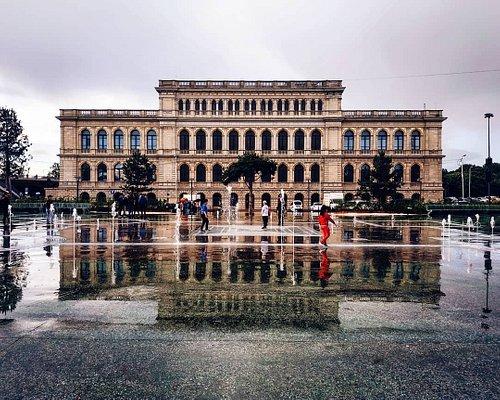 Вид на Музей изобразительных искусств со стороны фонтана и сквера
