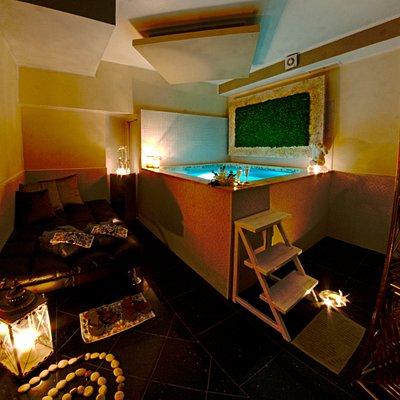 Momenti di intimità nella suite riservata, con doccia tropicale, vasca idromassaggio, zona relax e aperitivo servito bordo vasca