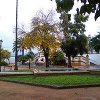 """Palomar (izd) y fuente """"Encuentro de Dos Culturas"""" (centro, al fondo)."""