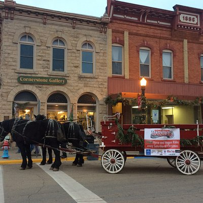 Holiday Horse and Carriage rides in front of the Gallery