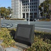 大阪市役所と記念碑