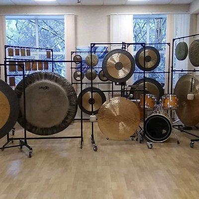 Множество гонгов,плоских колоколов и редких ударных инструментов находятся в Студии Тишины.