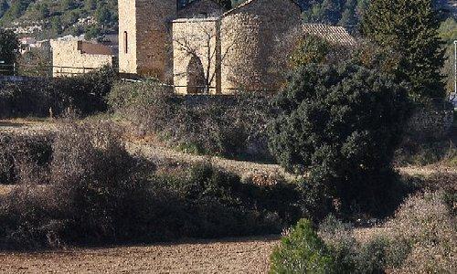 La ermita de Sant Esteve. Hoy hemos hecho una bonita ruta de 5 km por la senda de las ermitas de Marganell con vistas geniales a Montserrat.