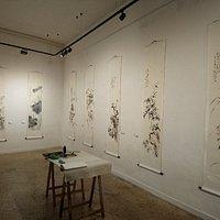 Piccola galleria d'arte di alta qualità nel centro di Treviso e di respiro internazionale. In foto la mostra dell'artista cinese Li Wenyan.
