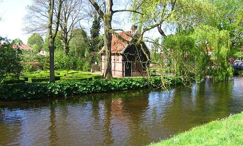 Het Bleekhuisje aan de rand van het centrum van Lochem. Waarschijnlijk gebouwd aan het einde van de 18e eeuw. Het huisje dankt zijn naam aan het veld aan de stadsgracht waar in vroeger tijden gewassen goed te bleken werd gelegd.