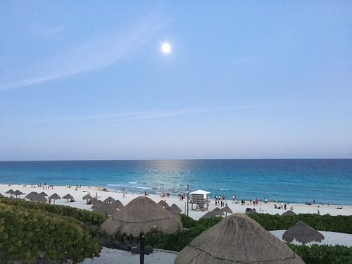 Vista al atardecer en la parada obligada al llegar a Cancún rumbo a la zona hotelera.