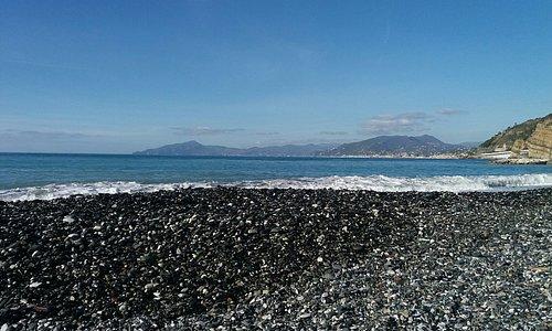 Veduta verso il promontorio di Portofino in una bella giornata invernale. Baia delle Favole Sestri L.
