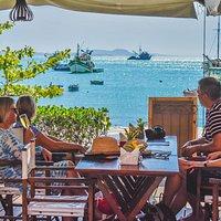 almoço de frente para o mar