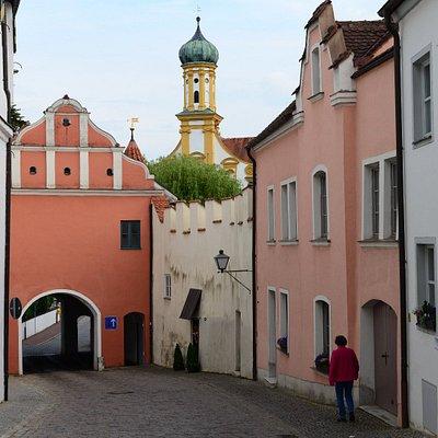 Oberes Tor, ook wel Burgertor genoemd,  met op de achtergrond een deel van de gevel en torenspits van de Sint Ursula kerk. gezien van uit de ,  was een onderdeel van de stadsmuur rond deze stad. Is herbouwd in 1530. Aan de andere zijde kun je het stadswapen zien.