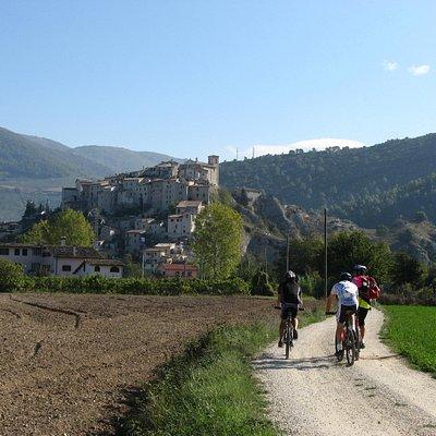 Tour del Parco Fluviale del Nera, in fondo il borgo di Castedilago