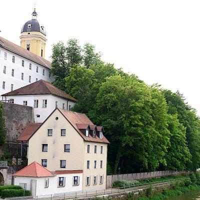 De Donau met zijn bebouwing langs de over met daarboven uit steken het gebouwencomplex van het v.m. gymnasium en de en toren van de Hofkerk. Niet de beste foto maar zo krijg je zicht op het hoogte verschil.