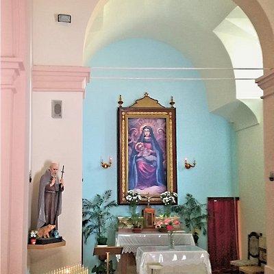 Interno della chiesina con l'immagine miracolosa della Madonna dietro l'altare