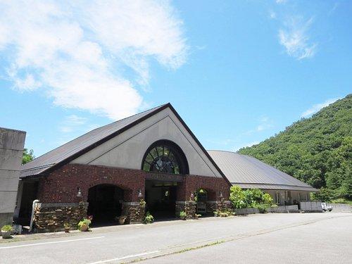 当ワイナリーは、日本を代表するワインの産地である山梨県の甲府市を一望できる風光明媚な酒折の地にあります。