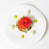 Saumon mariné, blini au sarrasin accompagné de sa crème citronnée et d'une vinaigrette à l'aneth