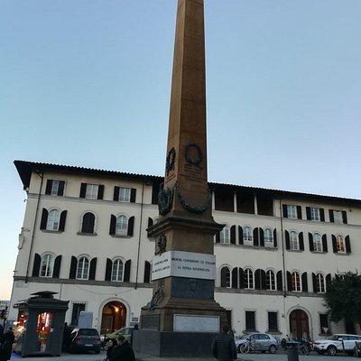 Obelisco dei Caduti delle Guerre d'lndipendenza на Piazza dell'Unita ltaliana, январь.