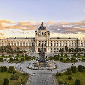 Als    Palast    der    schönen    K ünste    ließen    die    Habsburger    das     Kunsthistorische      Muse um      für      ihre      weltweit      einmaligen       Kunstsammlungen  von  den  berühmten  Architekten  Gottfried  Semper   und Carl von Hasenauer im Stil der  italienischen Renaissance erbauen  und  1891  feierlich  eröffnen.